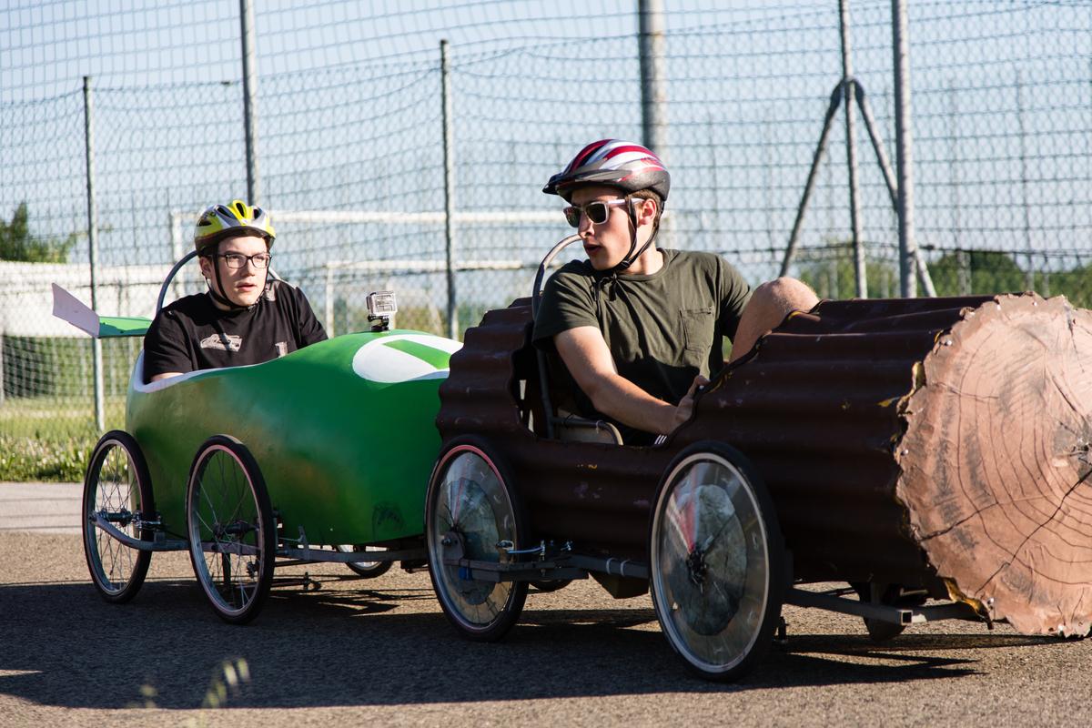 Deux voitures Italiennes à la lutte sur le circuit de Faenza en Italie - F.F.C.V.P.