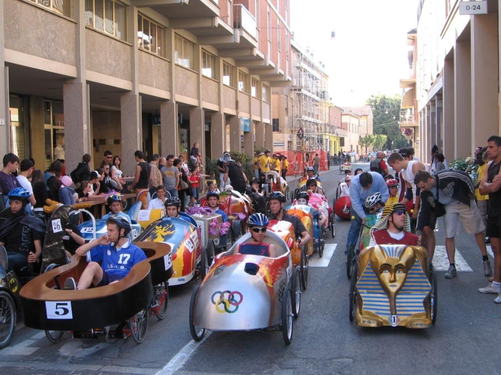 Toutes les voitures sont en place avant le départ sur le circuit de Cotignola en Italie - F.F.C.V.P.