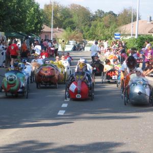 les voitures sont sur la ligne de départ avant la course de Seloncourt en France - F.F.C.V.P.
