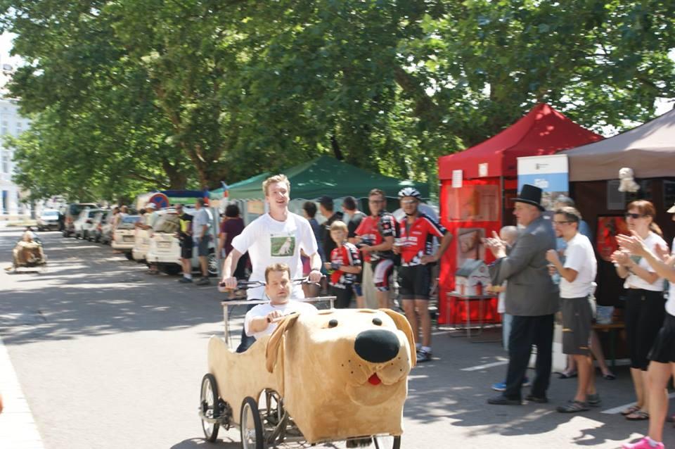 Fido le chien d'aveugle seul voiture deux places conduite par un aveugle qui est guidé par la personne à l'arrière de la voiture. Voiture Tchèque. - F.F.C.V.P.