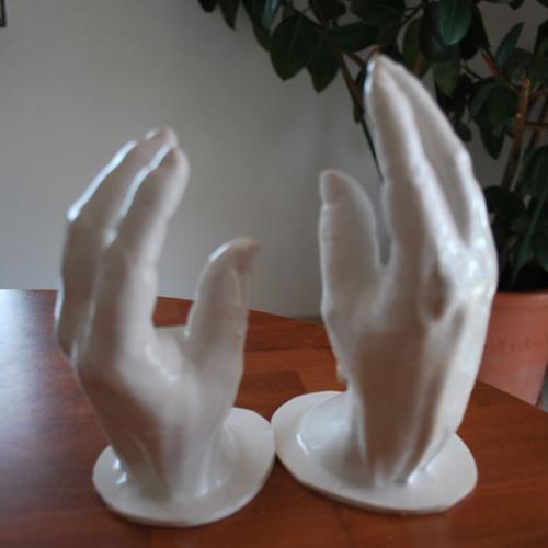 catégorie(s) :  - Mains de la Reine Elisabeth