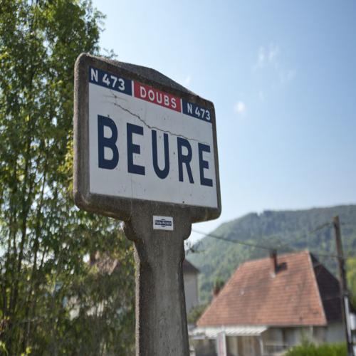Panneau de l'entrée du village de Beure